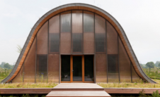 帕特里克纳多用植物覆盖的驼峰状房屋