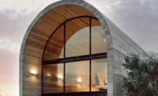 光滑弯曲的混凝土外壳构成了这间位于希腊中部Boeotia的艺术工作室的外观