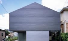 东京家的空白金属立面隐藏了绿树成荫的庭院