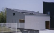 由堀部Associates的其他最近的项目包括在一侧扭曲的房子存储空间