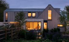 风化的木材砌面覆盖了英格兰乡村的棚屋